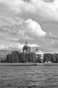 Sankt petersburg rosja09032020 angielski nabrzeże rzeki newy kopuła św. izaaka