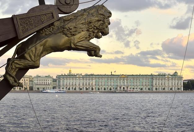 Sankt petersburg rosja09032020 lew nad rzeźbą galeonu pałacu zimowego na dziobie