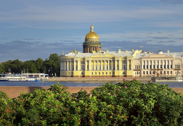 Sankt petersburg rosja09032020 plac senatu nad newą budynek senatu
