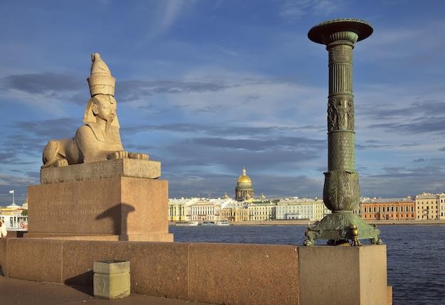 Sankt petersburg rosja09032020 sfinks na kolumnie newy na granitowym parapecie