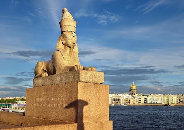 Sankt petersburg rosja09032020 sfinks na postumencie z granitu newa