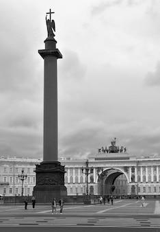 Sankt petersburgrosja09012020 plac pałacowy w kolorach sepii wysoka kolumna aleksandryjska