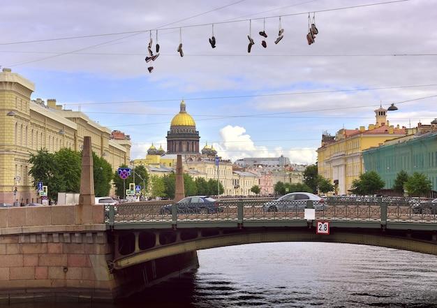 Sankt petersburgskie trampki nad mostem kiss kopuła katedry św. izaaka w oddali