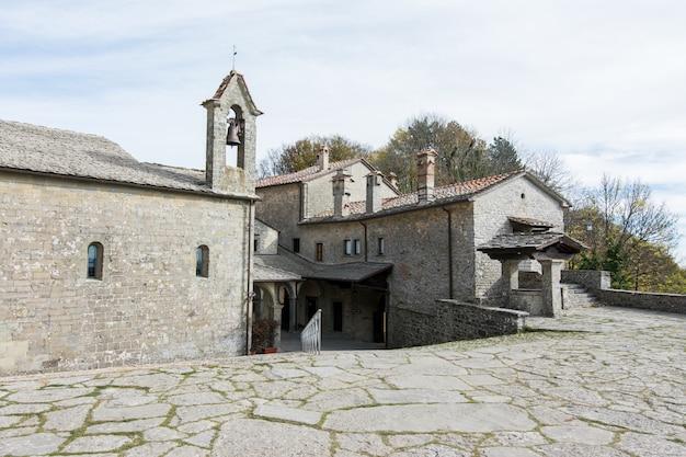 Sanktuarium la verna w toskanii we włoszech. klasztor św. franciszka