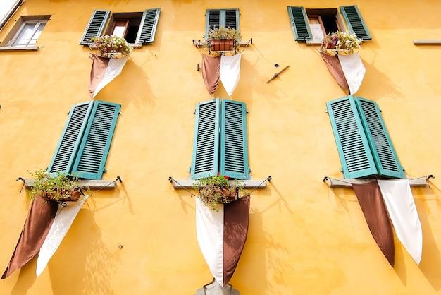 Sansepolcro italy widok żółtej ściany z zielonymi drewnianymi żaluzjami
