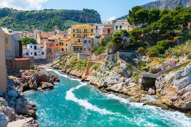 Sant'elia, w mieście santa flavia na sycylii. antyczna morska wioska blisko palermo