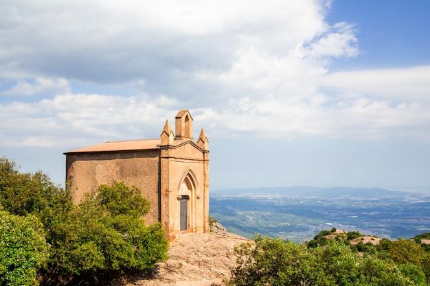 Sant joan kaplica w górach klasztoru montserrat, katalonia, barcelona
