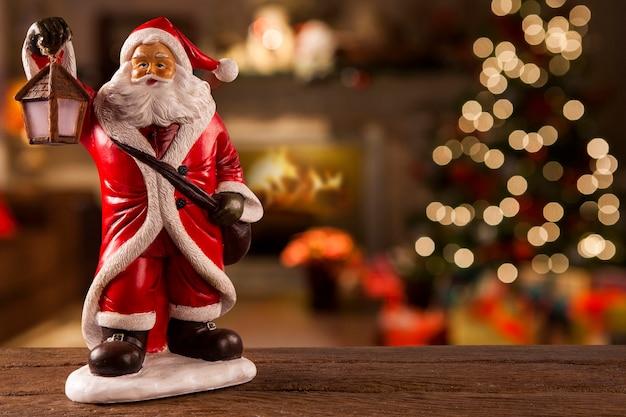 Santa claus dekoracji na stole na boże narodzenie rozmyte tło.