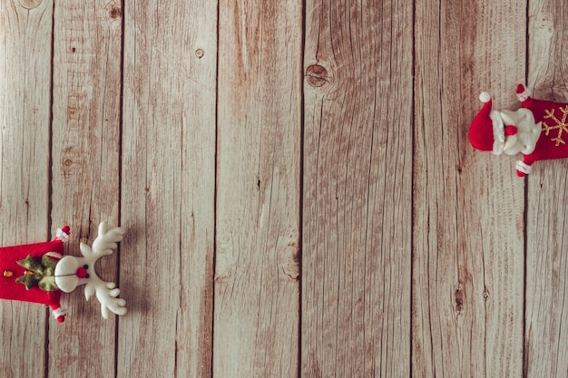 Santa claus i renifer ozdoba na drewnianym tle. skopiuj miejsce. selektywne skupienie.