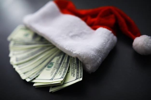 Santa claus kapelusz, okulary i nos z maską na czerwonym tle. koncepcja obchody bożego narodzenia lub nowego roku. świąteczny renifer wykonany z maski ochronnej i ozdób. pojęcie opieki zdrowotnej.
