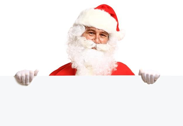 Santa claus trzymając transparent z miejscem na tekst