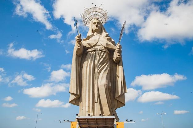 Santa cruz, brazylia - 12 marca 2021: największy katolicki posąg na świecie, statua santa rita de cassia, 56 metrów wysokości, znajduje się na północno-wschodnich bezdrożach.