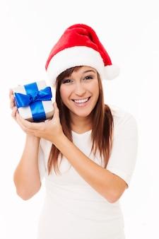 Santa dziewczyna trzyma prezent na boże narodzenie