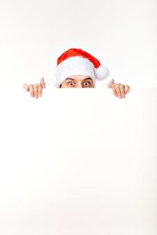 Santa man w boże narodzenie czerwony kapelusz na wakacje nowego roku z kartki białego papieru na białym tle, miejsce.