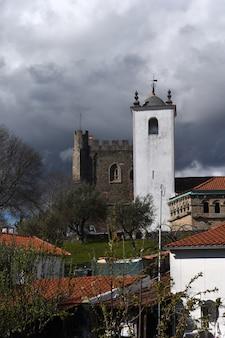 Santa maria do castelo, kościół i zamek w tle. braganca, dystrykt braganca, region norte, portugalia, europa