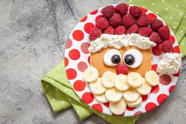 Santa naleśnik z malinami na śniadanie dla dzieci