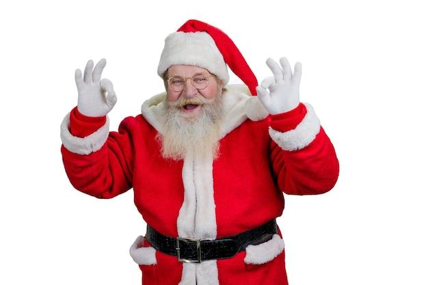Santa pokazuje znak ok, białe tło.