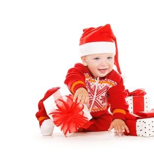Santa pomocnik dziecko z prezentami świątecznymi na białym