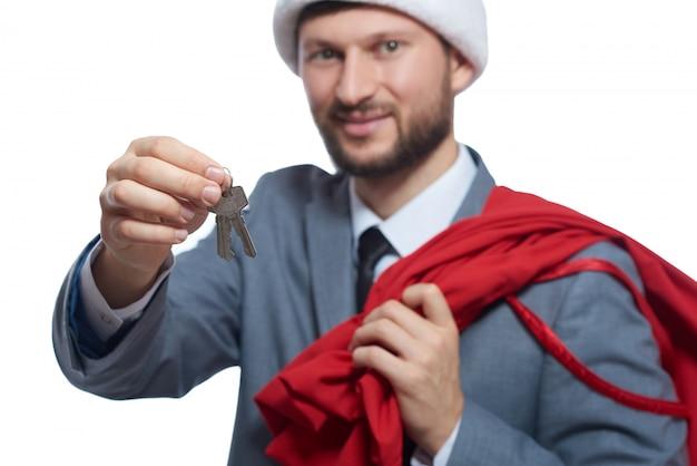 Santa uśmiecha się dając luksusowy prezent.