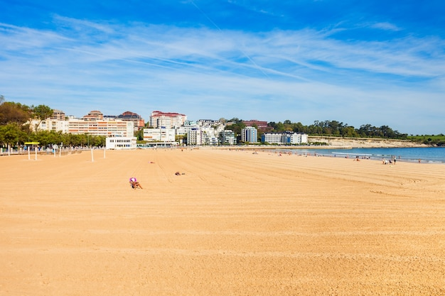 Santander city beach z lotu ptaka panoramiczny widok. santander to stolica regionu kantabria w hiszpanii