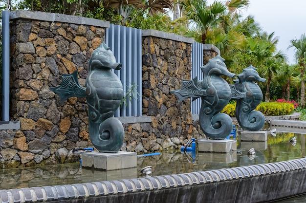 Sanya, hainan, chiny - 20 lutego 2020: fontanna z posągami koni morskich na ulicy sanya w pochmurny dzień.