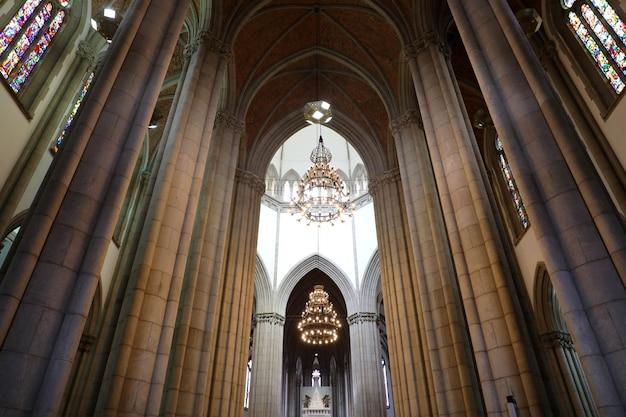 Sao paulo, brazylia - 9 maja 2019: wnętrze katedry w sao paulo (catedral da se de sao paulo), sao paulo, brazylia