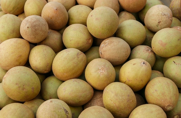 Sapoti brazylijskie owoce tropikalne na sprzedaż na targach