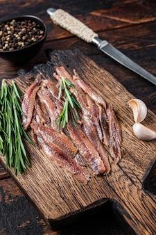 Sardela marynowana filet z ryby na drewnianej desce
