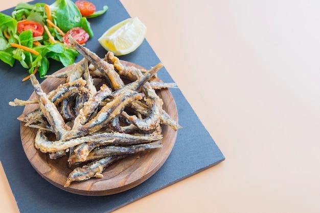 Sardynki smażone (typowe hiszpańskie tapa), pescaito frito