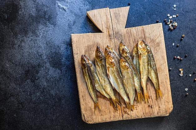 Sardynki szproty wędzone lub solone ryby i owoce morza