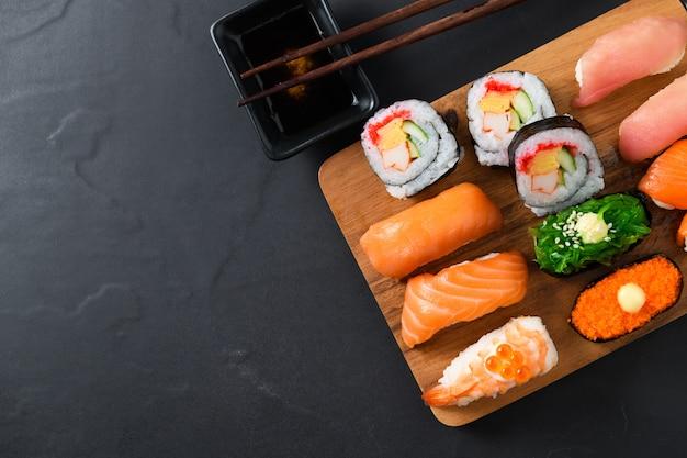 Sashimi sushi zestaw pałeczkami