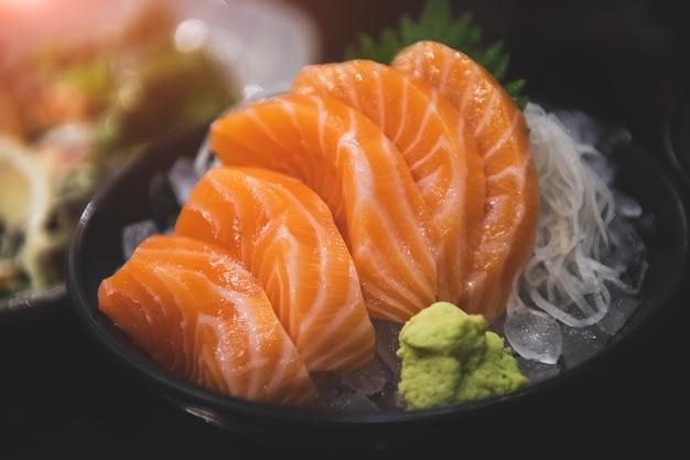 Sashimi z łososia gotowe do podania.