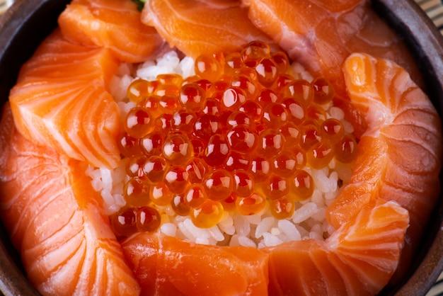 Sashimi z łososia i ikra łososia z ryżem.