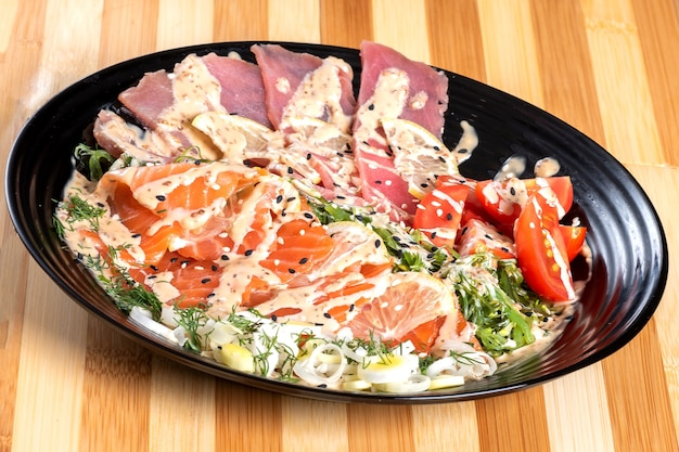 Sashimi z łososia i tuńczyka w sałatce z ziołami. w dowolnym celu.