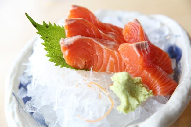 Sashimi z łososia na tle drewna japońskie jedzenie