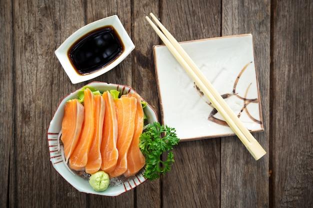 Sashimi z łososia. świeżość ryb. ulubione menu japońskiego jedzenia.