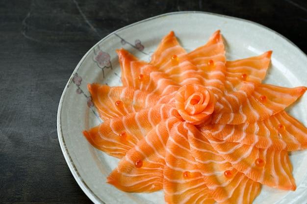 Sashimi z surowego fileta z łososia na naczyniu ceramicznym