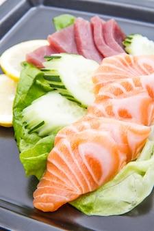 Sashimi z tuńczyka i łososia na czarnym daniu
