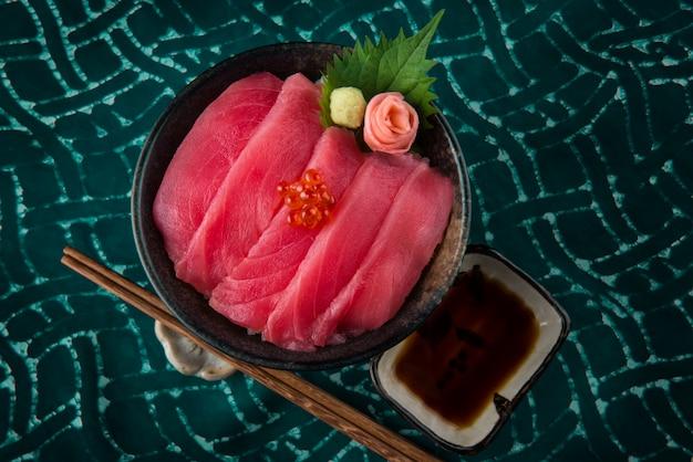 Sashimi z tuńczyka z ryżem i ikrą migdałową.