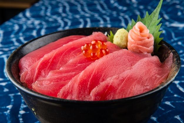 Sashimi z tuńczyka z ryżem.