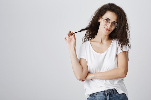Sassy i pewna siebie kobieta w okularach wyglądająca na zdeterminowaną
