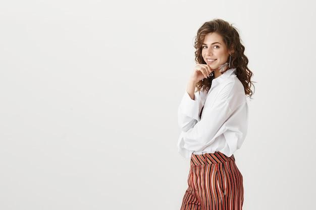 Sassy pewny siebie bizneswoman z pięknym białym uśmiechem