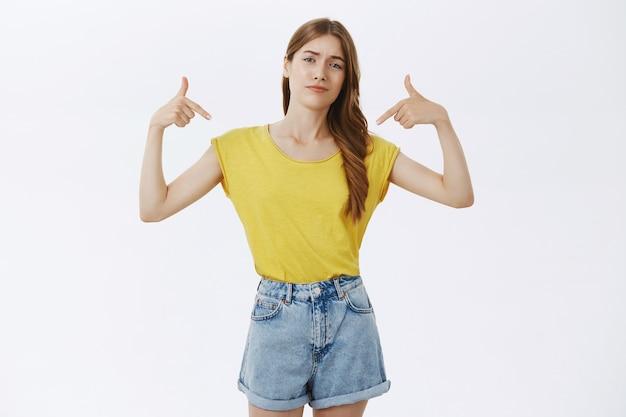 Sassy profesjonalna dziewczyna, wskazując na siebie