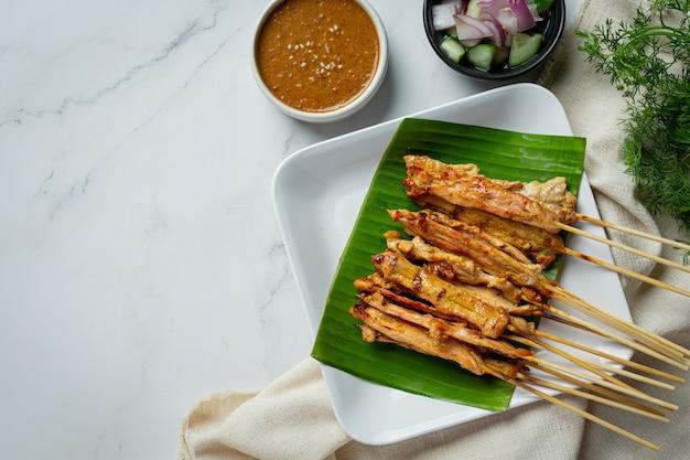 Satay wieprzowe z sosem orzechowym lub słodko-kwaśnym, kuchnia tajska