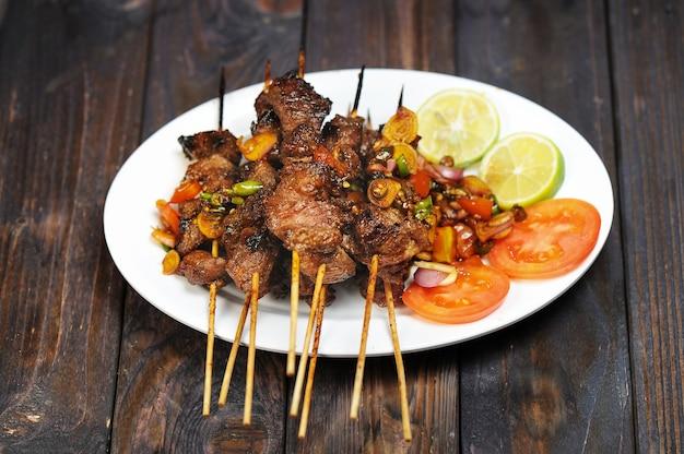 Sate kambing lub satai to jedzenie wykonane z młodego mięsa koziego, które jest dźgnięte kijem i przypalone