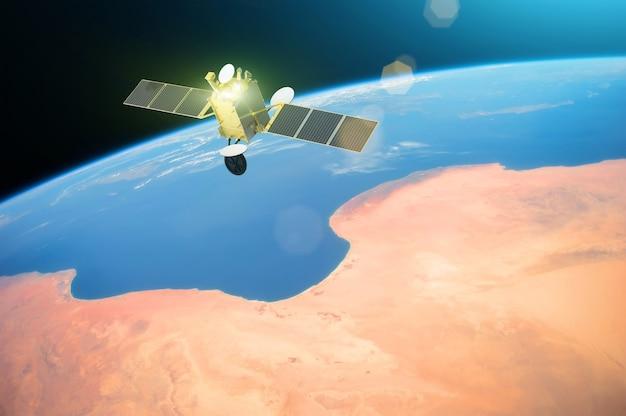 Satelita komunikacji kosmicznej na orbicie okołoziemskiej. elementy tego obrazu dostarczone przez nasa.
