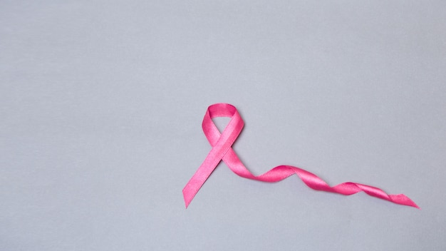 Satynowa wstążka symbol. koncepcja raka piersi