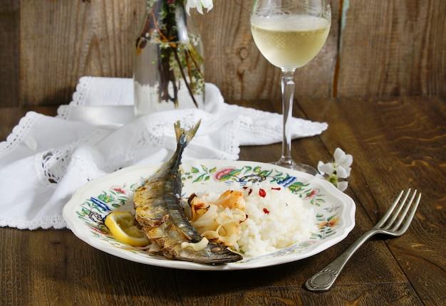 Saury pieczony z białym wzrostem i cebulą