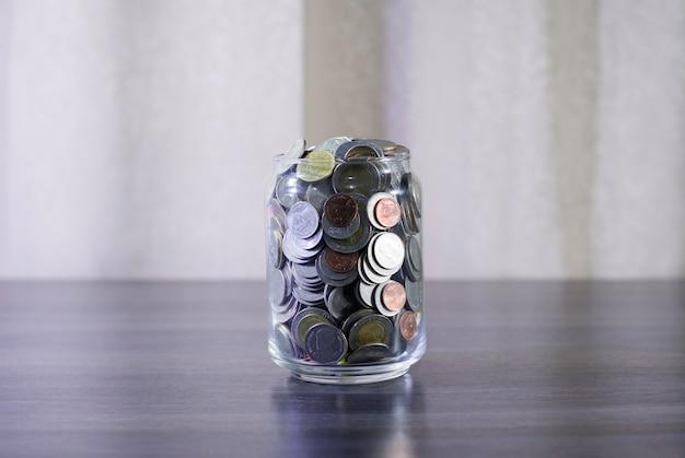 Save monetę zbierać w butelce i używać tajlandzką walutę, zaoszczędź pieniądze dla domowego pojęcia
