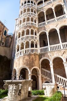 Scala contarini del bovolo - venezia italy / detal scala contarini del bovolo pałacu contarini w mieście venezia (wpisane na listę światowego dziedzictwa unesco), veneto, włochy